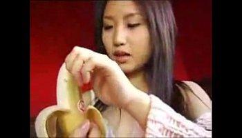 mulher chupando banana
