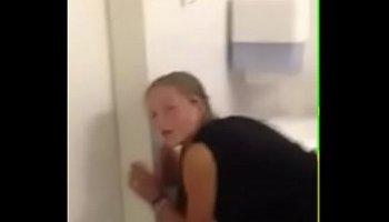 fudendo novinha no banheiro