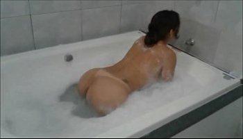 mulher pelada na banheira